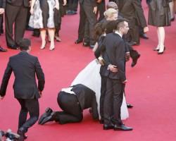 Un periodista se mete bajo la falda de una actriz en la alfombra de Cannes