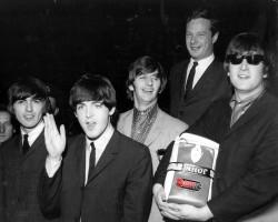Brian Epstein descubre a The Beatles