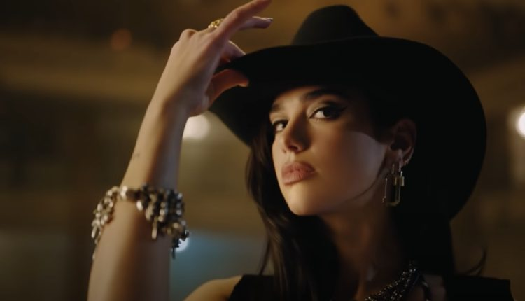 Dua Lipa estrena el videoclip del single 'Love Again'.