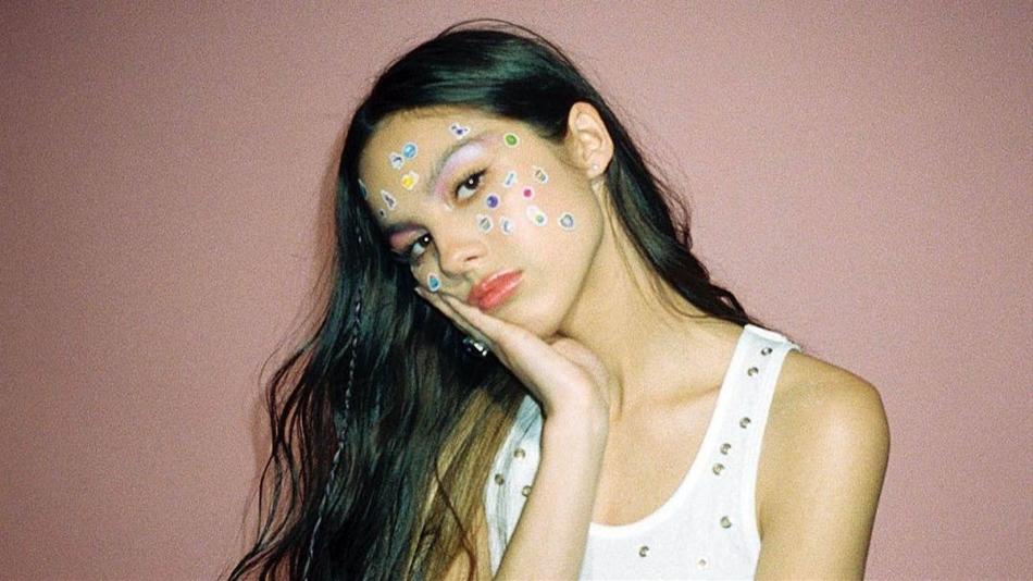 Olivia Rodrigo consigue un doble número 1 en las listas de ventas británicas.