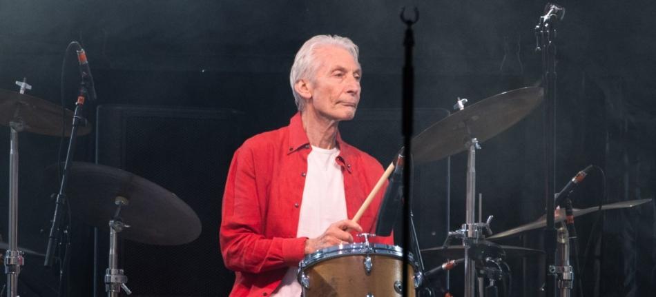 Muere Charlie Watts, el famoso batería de The Rolling Stones, a los 80 años.