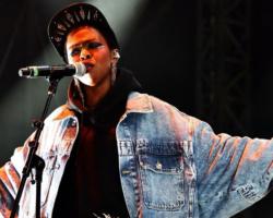 Ms. Lauryn Hill te lleva a los gloriosos días de su debut en su regreso al rap